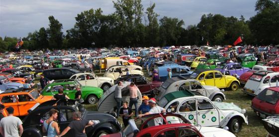Record absolu lors d'un rassemblement deuchiste : plus de 7000 2CV étaient présentes dans la petite ville de Salbris en Sologne en 2011.